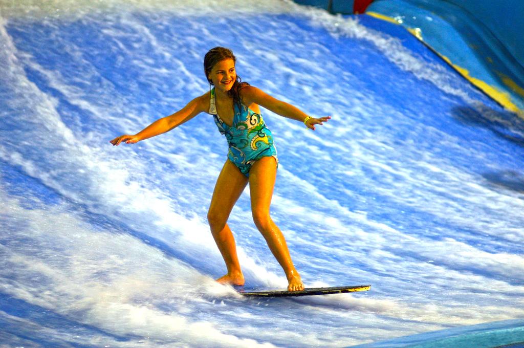 bb插入的直喷水_水上乐园冲浪设备介绍(大型水上乐园设备滑板冲浪)